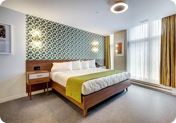 Chambre avec très grand lit et vue sur le parc à l'hotel Uville dans le Vieux-Montréal
